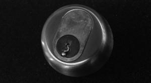 knækket nøgle i cylinder sort hvid